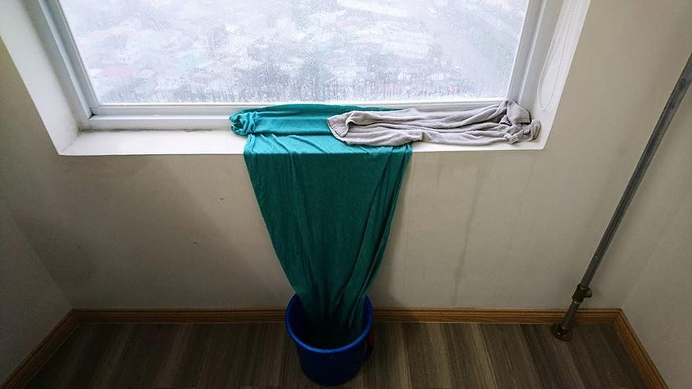 Bất tiện khi hệ thống cửa kính bị thấm nước khi mưa